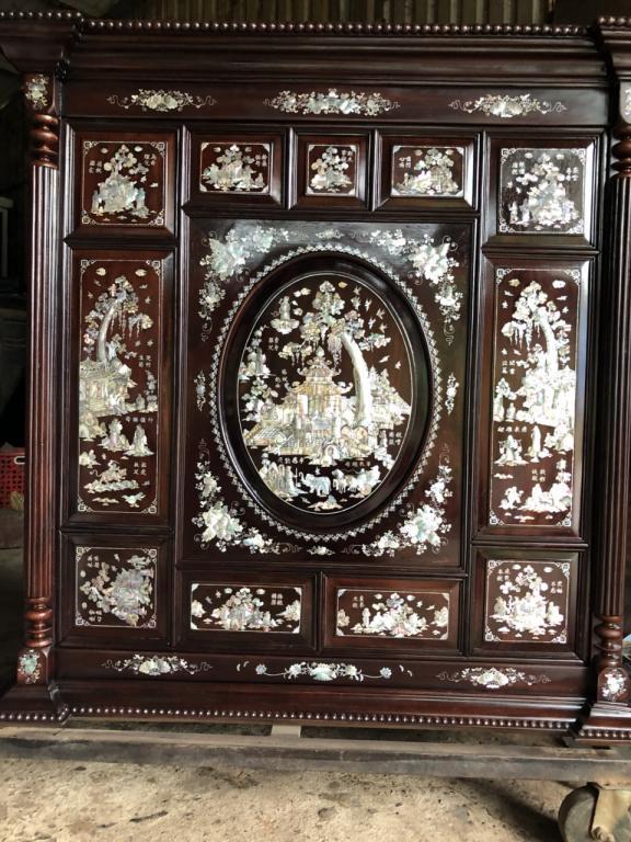 Mẫu tủ thờ khảm ốc được làm từ gỗ cẩm lai