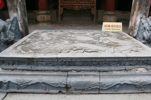 Sập ở đền thờ vua Đinh