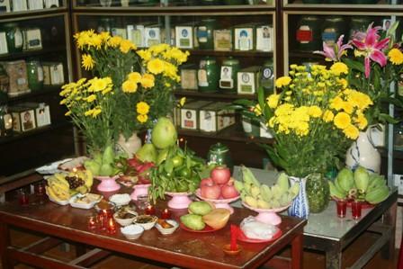 Hoa cúc vàng để thờ cúng trên bàn thờ gia tiên